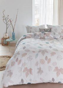 Het dekbedovertrek Ela brengt je slaapkamer in herfstachtige sfeer. Het dessin bestaat uit een mooi strooimotief van verschillende bladeren waarin de nerven goed te zien zijn. Dekbedovertrek Ela is gemaakt van een zeer zachte 100% katoen. De speciale druktechniek zorgt ervoor dat het geheel extra zacht aanvoelt. Daarnaast blijven de kleuren erg mooi na het wassen.
