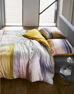 Geef de slaapkamer een shot energie met dit frisse dekbedovertrek uit het ESSENZA trendthema Energise! Zachte najaarskleuren als lichtroze en paars komen vloeiend samen in horizontale strepen. Met als knalaccent dé trendkleur van het moment: okergeel! Pretty perfect voor wie de sportieve lifestyle wil doorvoeren in de slaapkamer. De achterzijde van het dekbedovertrek is okergeel en wordt naar beneden toe steeds lichter. Het dekbedovertrek is gemaakt van zacht en soepel katoen satijn.
