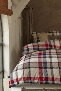 140x200/220 van €49,- voor €29,- 200x200/220 van €89,- voor €59,- 240x200/220 van €99,- voor €69,-  Dit dekbedovertrek genaamd Sherlock is van het merk Beddinghouse en is gemaakt van katoenflanel. Flanel is een stof die altijd warm aanvoelt en toch goed ademt. Daarnaast is er zacht flanel gebruikt wat het dekbedovertrek nog aantrekkelijker maakt tijdens de koude nachten. Op het dekbedovertrek is een klassieke ruit gebruikt die doet denken aan een Schotse plaid.